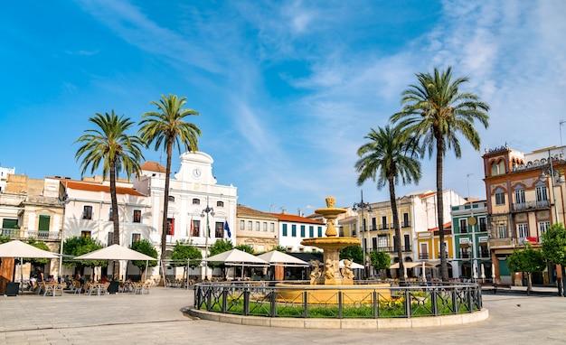 スペインのメリダに噴水のあるスペイン広場