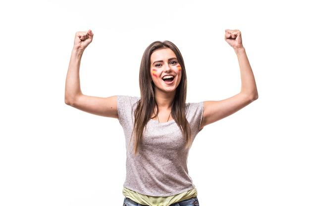 La spagna vince. vittoria, felice e obiettivo urlare emozioni del tifoso di calcio donna spagna nel supporto del gioco della squadra nazionale di spagna su priorità bassa bianca. concetto di tifosi di calcio.