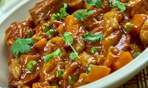 Испанская фасоль со свининой, чоризо. испанская кухня.