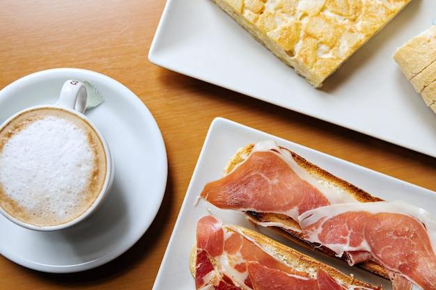 Испанский завтрак с испанским омлетом и тостом с иберийской ветчиной