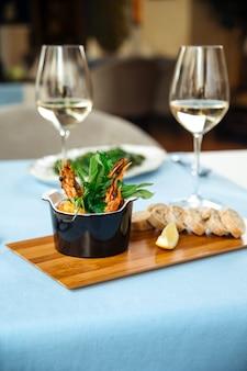 Испанское блюдо гамбас пиль-пили креветки на столе в ресторане