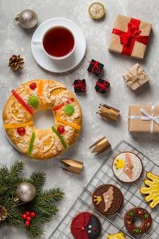 Torta spagnola dell'epifania roscon de reyes e biscotti
