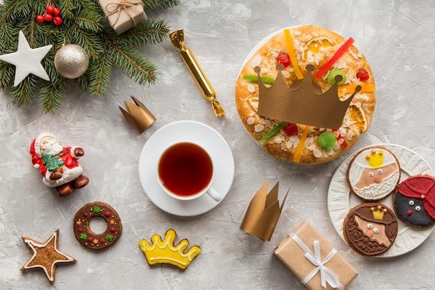 Torta spagnola dell'epifania roscon de reyes e tè