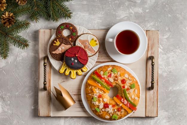 Torta spagnola dell'epifania roscon de reyes sul vassoio