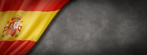 コンクリートの壁にスペインの旗