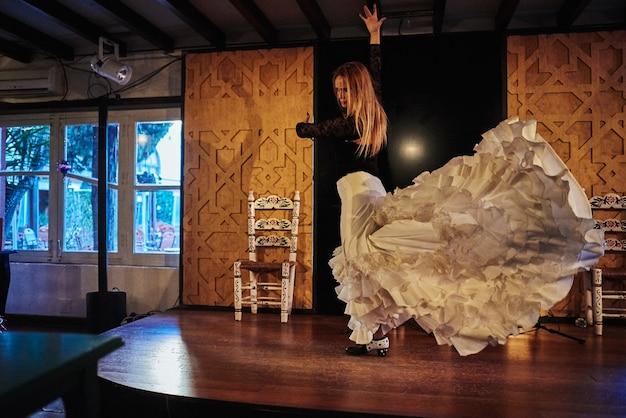Испанский танцор фламенко на сцене традиционного танца фламенко.