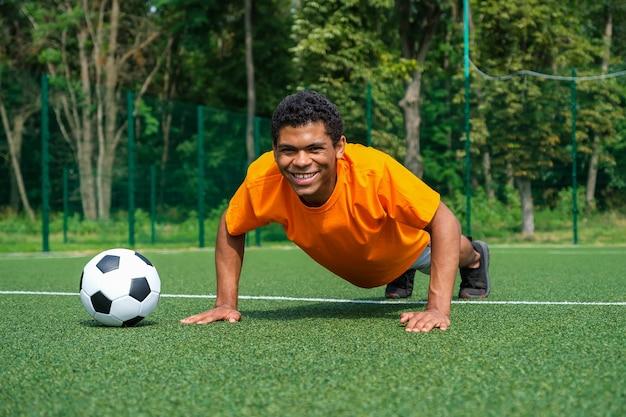 スペインのサッカー選手は、夏のスポーツグラウンドでのトレーニングでウォームアップします