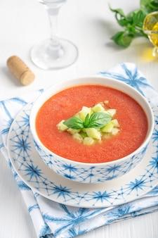 Испанский гаспачо холодный освежающий томатный суп из смешанных сырых овощей, подается с вином