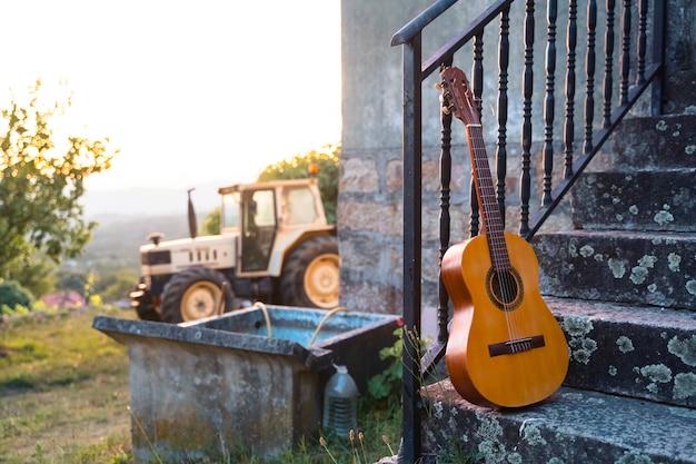 田舎の余暇の概念としてのスペインのギター。カントリーミュージックのコンセプトです。スペイン南部、セビリア市の田舎の休日。ミュージカルはスペインの休日にリラックスします。旅行のスペインのコンセプトです。