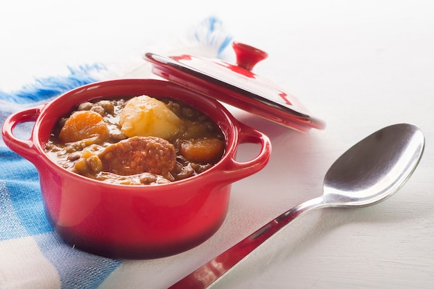 ジャガイモにんじんとチョリソを添えたスペインレンズ豆
