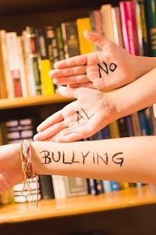 Messaggio spagnolo contro il bullismo sulle mani dei bambini