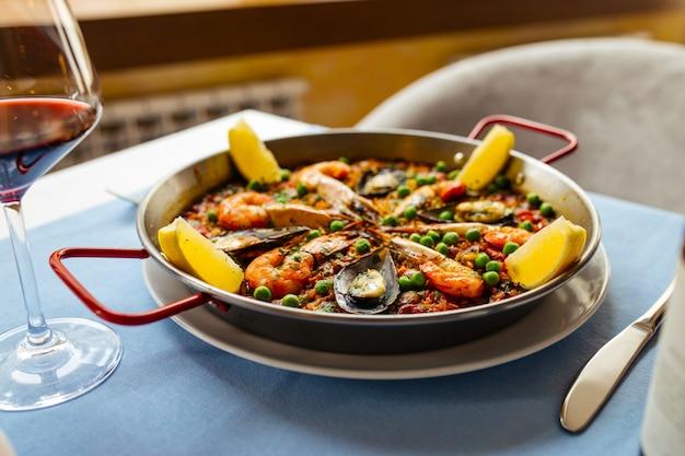 鍋にシーフードを入れたスペインの全国米料理パエリア