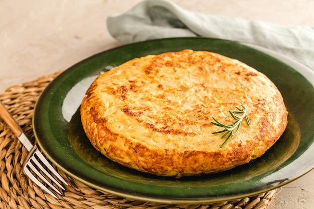 감자와 양파, 전형적인 스페인 요리와 함께 스페인어 오믈렛.