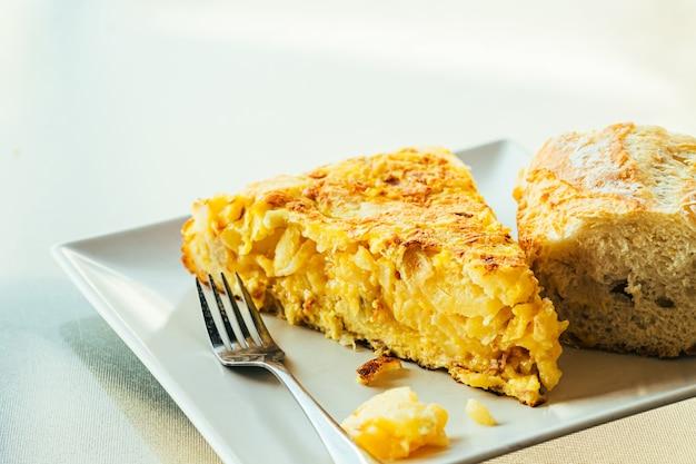 ジャガイモと玉ねぎのスペイン風オムレツ、典型的なスペイン料理。