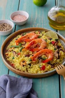 Испанская паэлья с морепродуктами, креветками и овощами. здоровое питание. испанская кухня.
