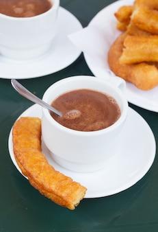 スペインのペストリー-チュロスとチョコレートのカップ