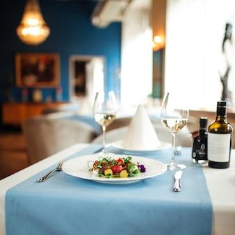 Испанский салат из очищенных помидоров на столе в ресторане с размытым фоном