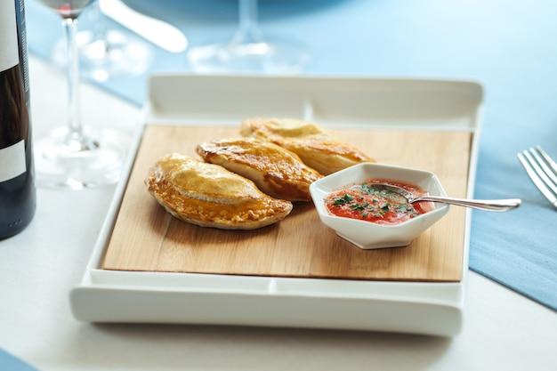 スペインのパイエンパナーダとレストランのテーブルのソース