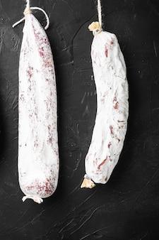 Испанские колбаски салями, фуэт и чоризо свисают с полки