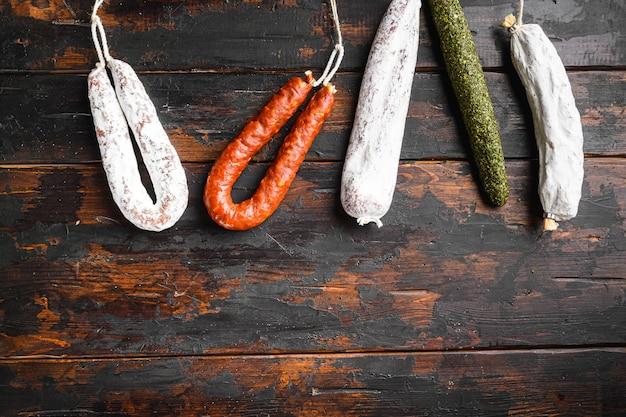 Испанские колбаски салями, фуэт и чоризо на деревянной поверхности с пространством для текста.