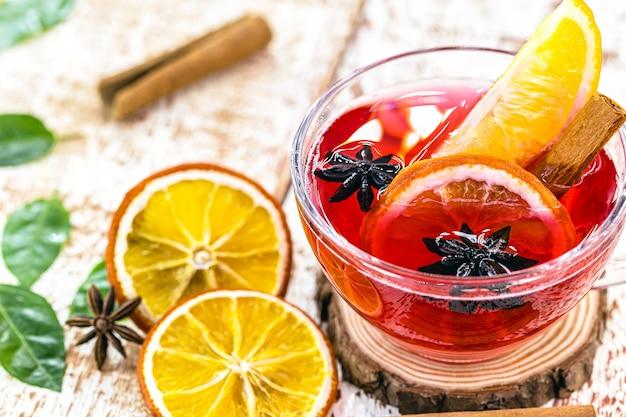 스페인 상그리아, 크리스마스와 새해에 제공되는 따뜻한 겨울 음료, 와인, 계피, 감귤류