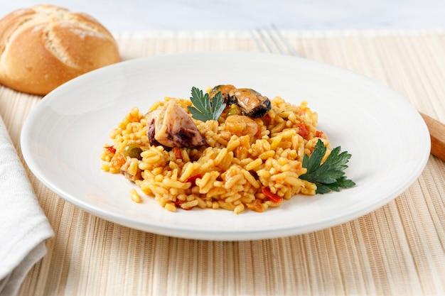 Испанская паэлья из морепродуктов и овощей