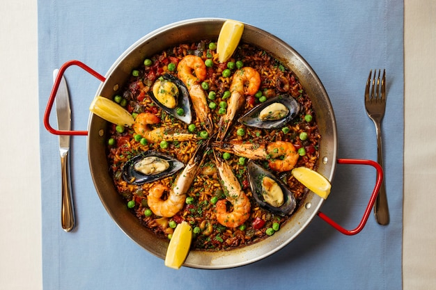 Spanish seafood paella pan with mussels and shrimp Premium Photo