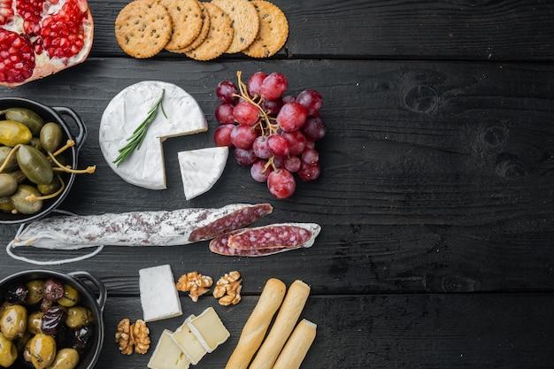 스페인 간식, 고기 치즈, 허브 세트, 검은 나무 테이블, 평면도