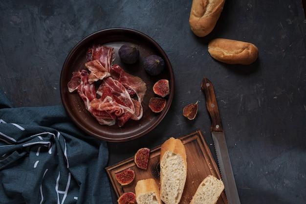 Испанские закуски с ветчиной и инжиром.