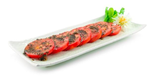 소스를 곁들인 스페인 토마토 샐러드 스페인 허브 스타일 야채 장식