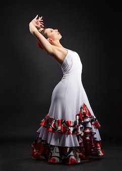 Испанка танцует фламенко