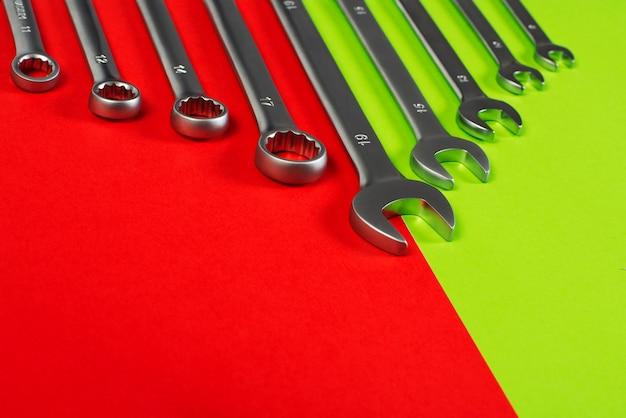 Гаечные ключи на красный и зеленый