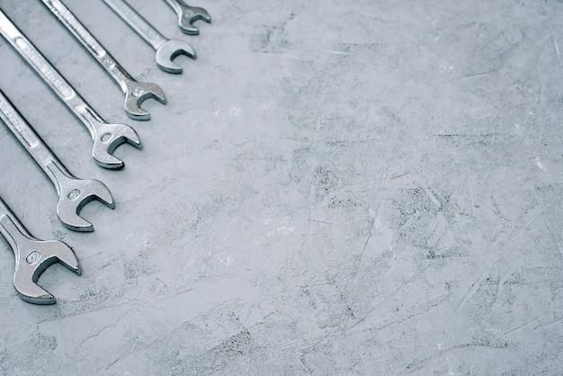 スパナ。修理工具レンチセット。さまざまなサイズと直径のレンチのセット。フラット横たわっていた。