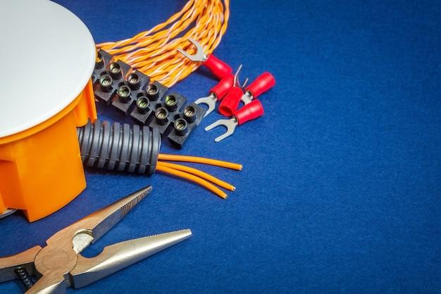 修理前に準備された電気部品と工具