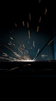 Искра от сварки инженерной стали для технического мастерства в тяжелой промышленности на вертикальном баннере