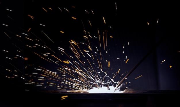Искровое возгорание от сварки конструкционной стали для технического мастерства в тяжелой промышленности.