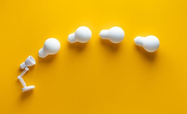 Зажигательная идея с движением лампочки от лампы на желтом