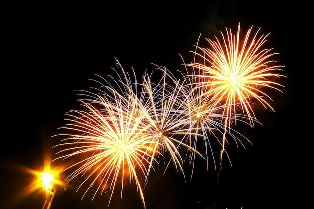 Сверкающий фейерверк счастливого нового года 2020 или 4 июля день независимости. праздник фон концепции.