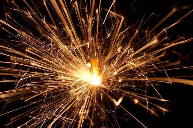 - бенгальский огонь в действии - brennende wunderkerze