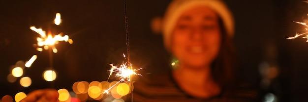手に持っている線香花火は明るく燃えます。