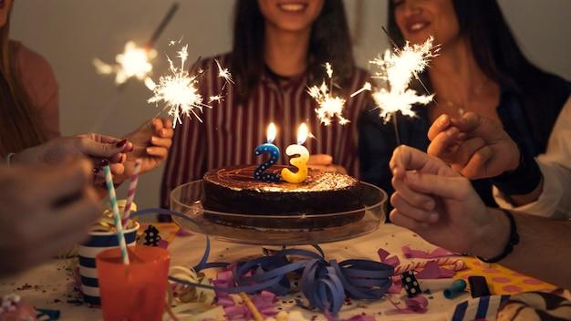 폭죽과 생일 케이크