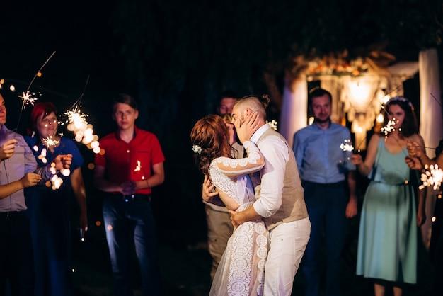うれしそうなゲストの手に新婚夫婦の結婚式で線香花火