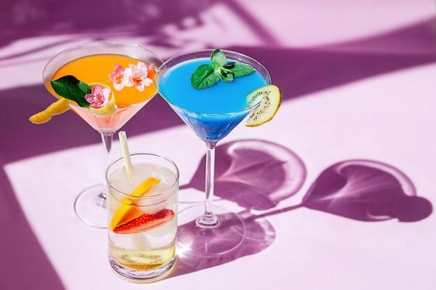 Сверкающие стаканы с водой или коктейли