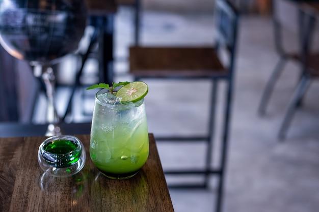Газированная мята и сок зеленого яблока