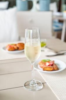 カフェレストランのテーブルにスパークリングワイングラス