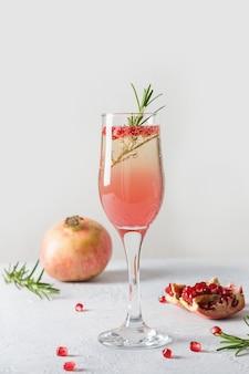스파클링 와인, 흰색 테이블에 석류입니다. 크리스마스 휴일 음료. 확대.