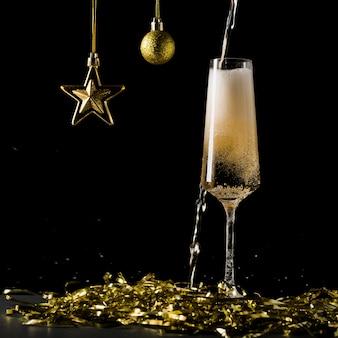Игристое вино проливается мимо бокала и брызгает на стол. популярный алкогольный напиток.