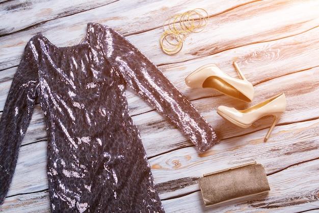 キラキラドレスとヒールシューズ。イブニングドレス、靴、財布。スタイリッシュなデザインの婦人服。ウエディングのための魅力的な衣装。
