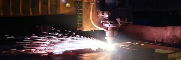 金属加工のために火花がマシンヘッドから飛び出す