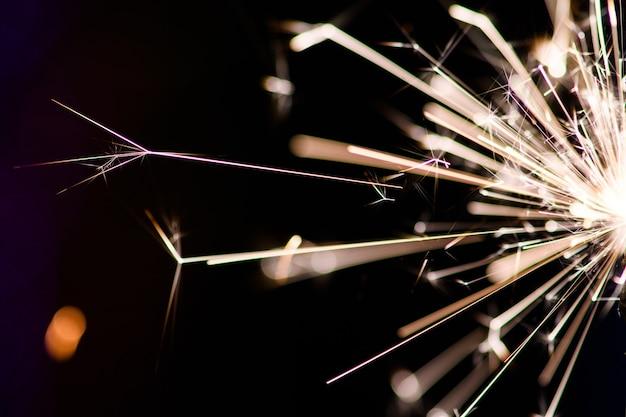 어둠 속에서 불꽃. 스파크. 크리스마스와 새해 시간. 매직 라이트